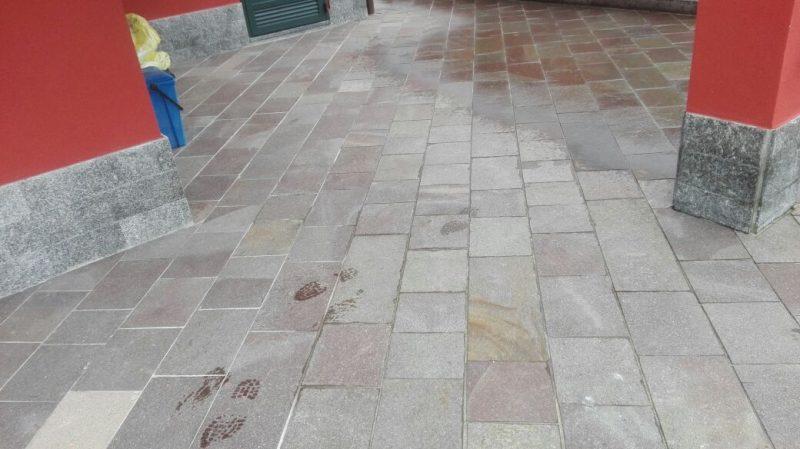 Immagine di pavimento esterno realizzato con porfido a piastrelle squadrate lati segati