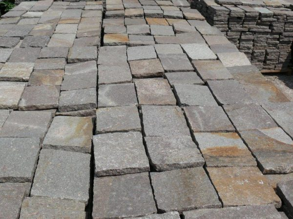 Immagini di piastrelle per pavimenti squadrate porfido rosso del trentino su bancali