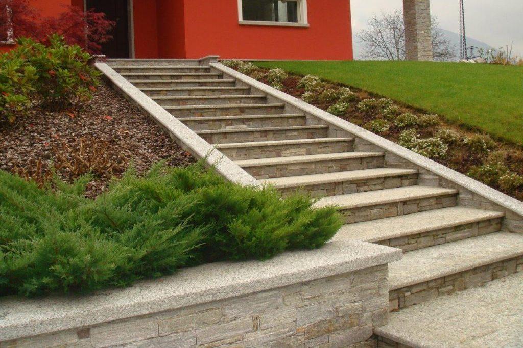 Immagine di una scalinata in pietra naturale per esterno lavorata - Scale per giardini ...