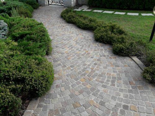 Vialetto giardino realizzato con pietra porfido a cubetti
