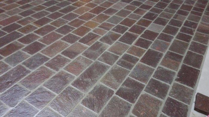 Pavimento esterno con piastrelle in Porfido Trentino a spacco naturale cm 25 x correre.
