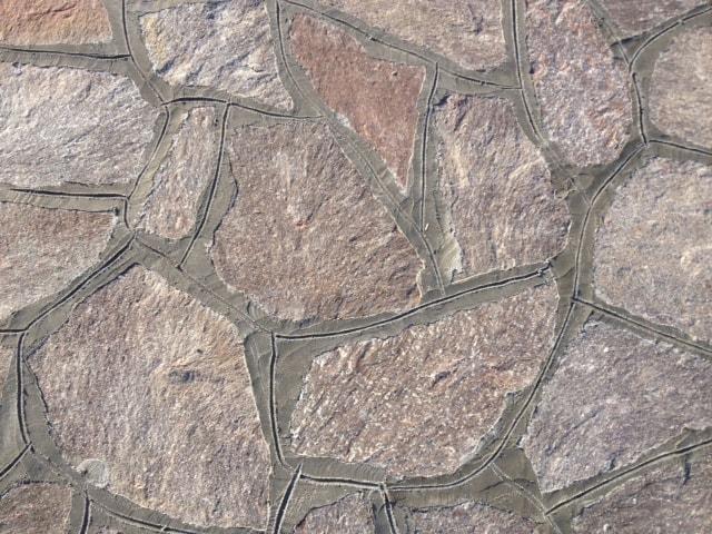 Rivestimento a mosaico in Porfido Trentino.
